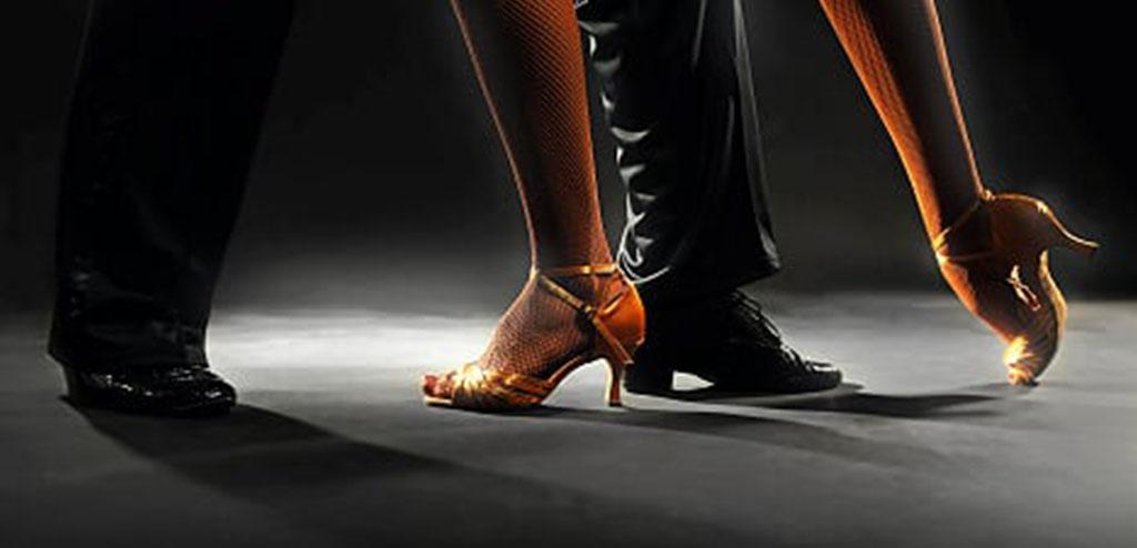 piedi di ballerini che ballano un tango